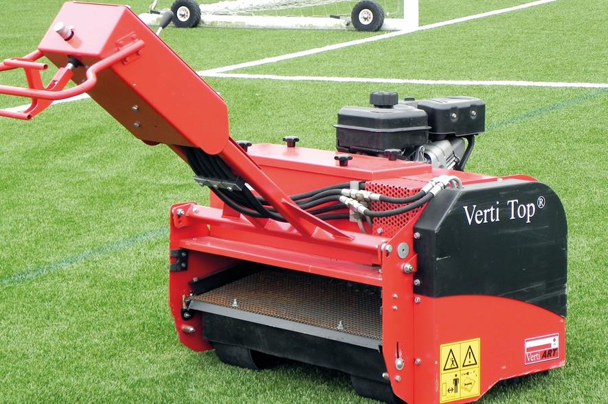 Prototype pedestrian Verti-Top for synthetic turf maintenance - image: HW