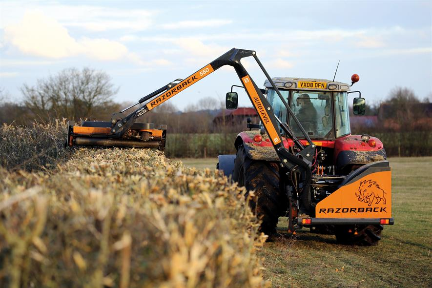Razorback Auto-Level 550: 5.5m reach for all verge-mowing and hedge-cutting tasks - image: Mzuri