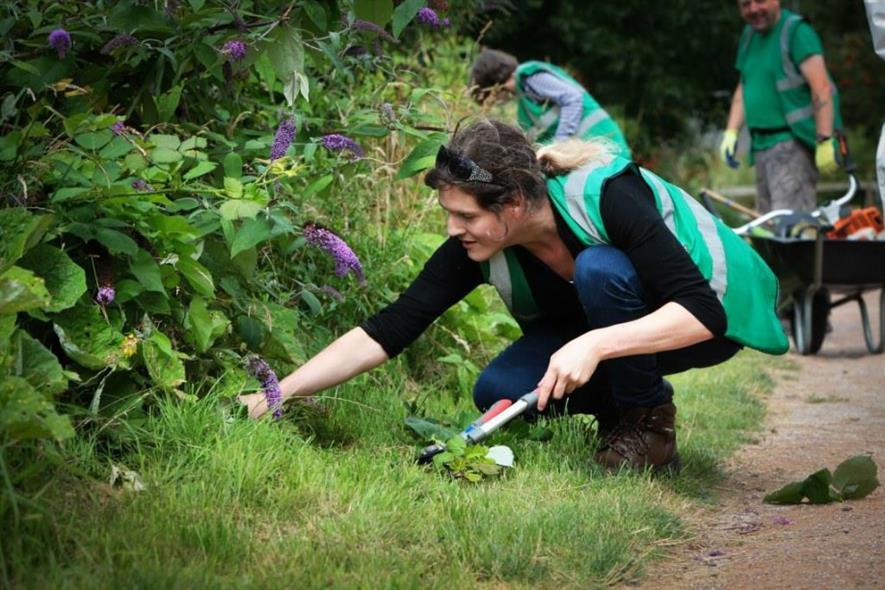 Volunteer planting at Port Sunlight River Park. Image: Copyright Victoria Tetley