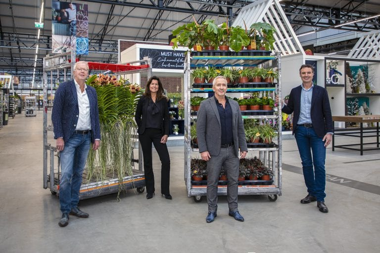 Bob Moria and Mariska Foppen (Waterdrinker), Henk-Willem Spaargaren (OZ Planten) and Leon Buskermolen (Hamiplant)