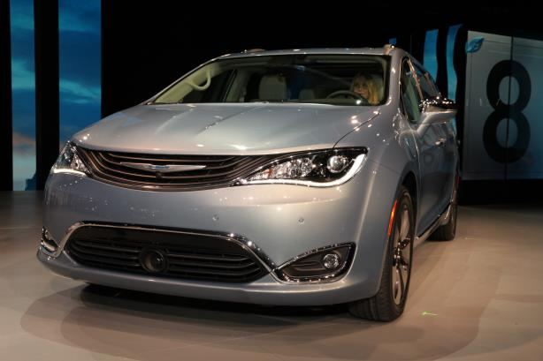 The 2016 Chrysler Pacifica hybrid. (Image via the North American International Auto Show press site).