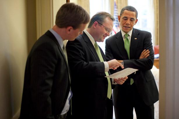 Gibbs (center) in 2009 with President Barack Obama