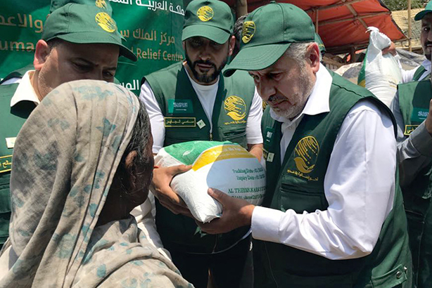 KSRelief workers hand out rice to Rohingya refugees in Cox's Bazar. Source: IOM website