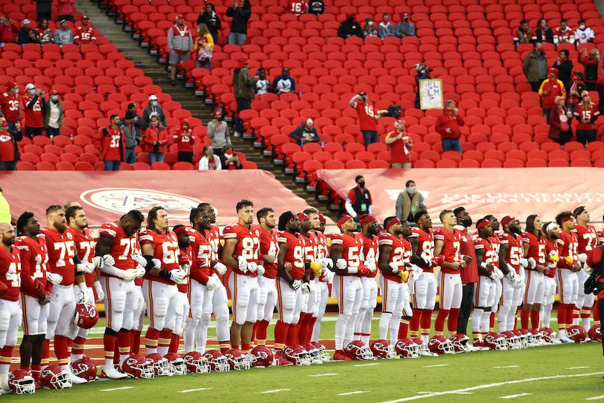 The world champion Kansas City Chiefs line up for their opening game. (Photo credit: Getty Images)