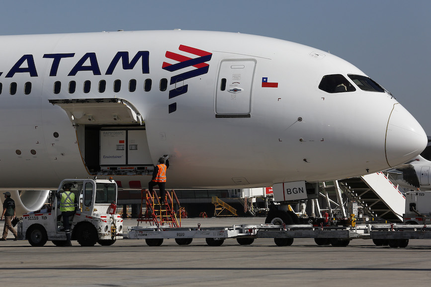 A LATAM Airlines plane delivers vaccines to Chile. (Photo credit: Getty Images).