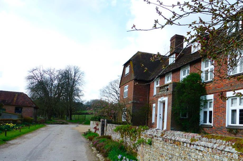 A farmhouse at Chawton Park Farm, Hampshire (Pic by Shazz, Geograph.org, CC BY-SA 2.0)